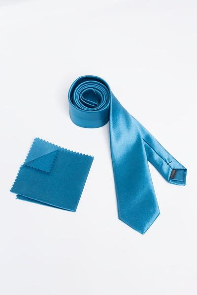 High-quality tie matched with standardised Pocket Square