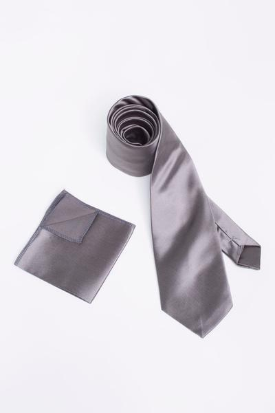 Fashion-conscious combination of tie and Pocket square