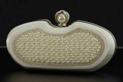 Runde Clutch mit Perlen bestickt Créme