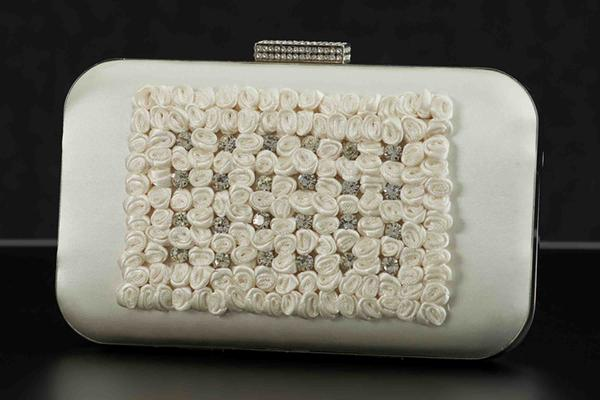 Round clutch with embroidered flowers creme