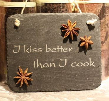 Schiefertafel I kiss better than I cook Schild Wanddekoration