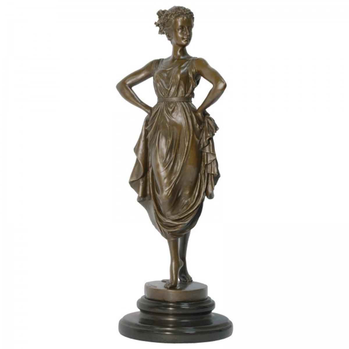 Bronze Skulptur Tänzerin zeigt eine Frau im Kleid anmutig barfuß beim Tanz.
