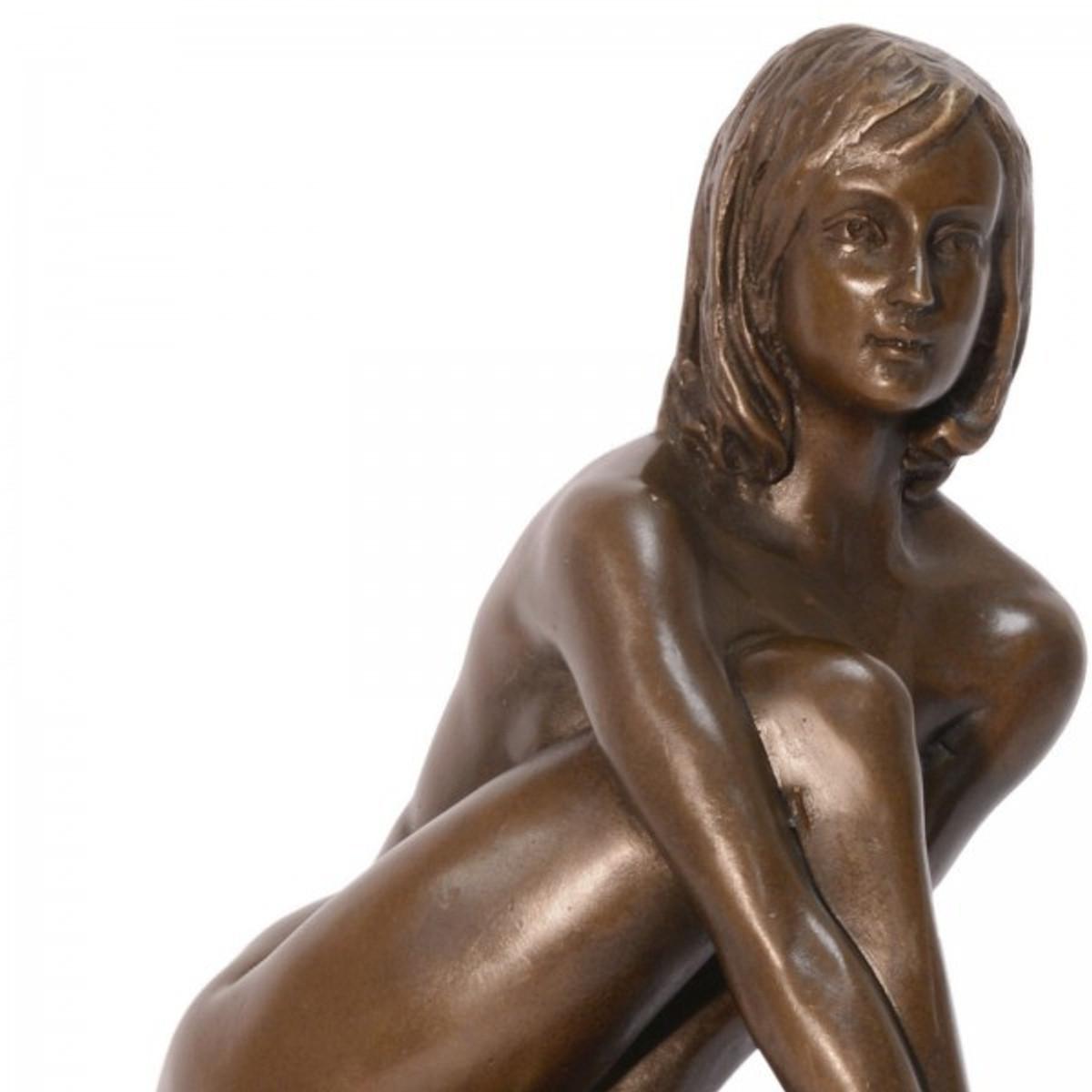 Junge Frau Bronze Skulptur als schlüpfrige Erotik Kunst mit Niveau im antik Stil.