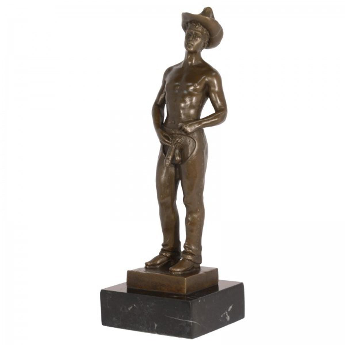 Erotik Bronzeskulptur Männer Akt als nackter Cowboy stehend auf Marmorsockel.