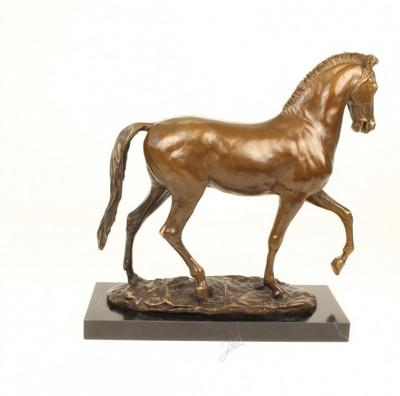 Tierfigur aus Bronze Pferde Skulptur auf Marmorsockel. Schönes Pferd aus Bronze.