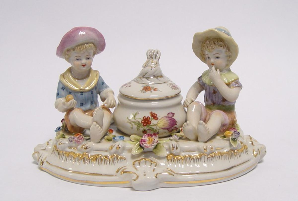Zwei Porzellan Figuren , zwei Kinder mit Porzellan Topf als fidele Tisch Dekoration.
