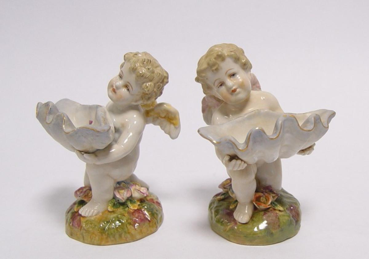 2 Porzellan Schalen mit Engelspaar zeigt 2 Engel mit Muschel Schalen Paar.