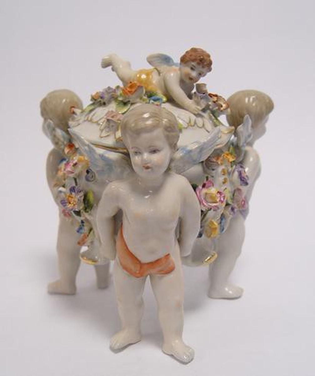 Porzellan Gefäß als prunkvolle Porzellandose für Süßigkeiten als Tischdekoration.
