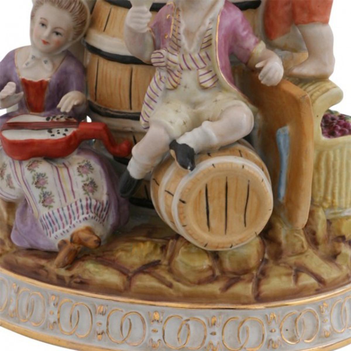 Weinprobe Porzellan Figur zeigt fidele Männer und Frauen beim Wein Trinken und Feiern.