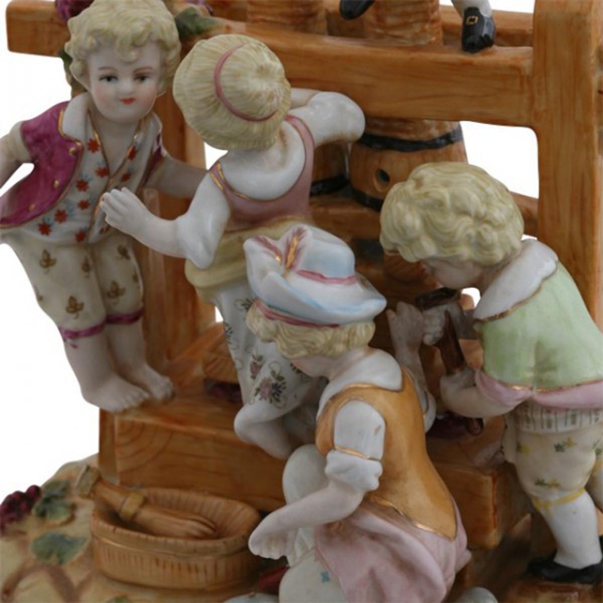 Figuren aus Porzellan bei Weinherstellung mit Kelter. Urige Gasthaus Dekoration.