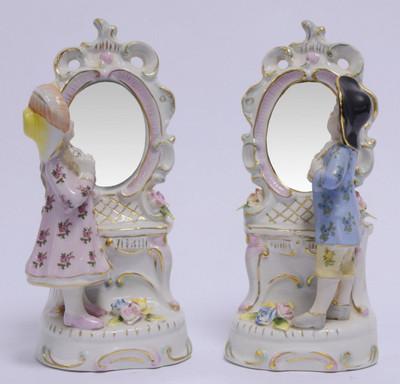 Ein Paar Porzellanfiguren betrachten sich im Spiegel. Knuffige Wohndeko Accessoires.