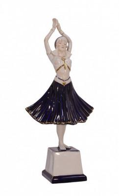 Porzellan Figur Frau im kleid auf Sockel in Ballerina Pose als Dekoidee.