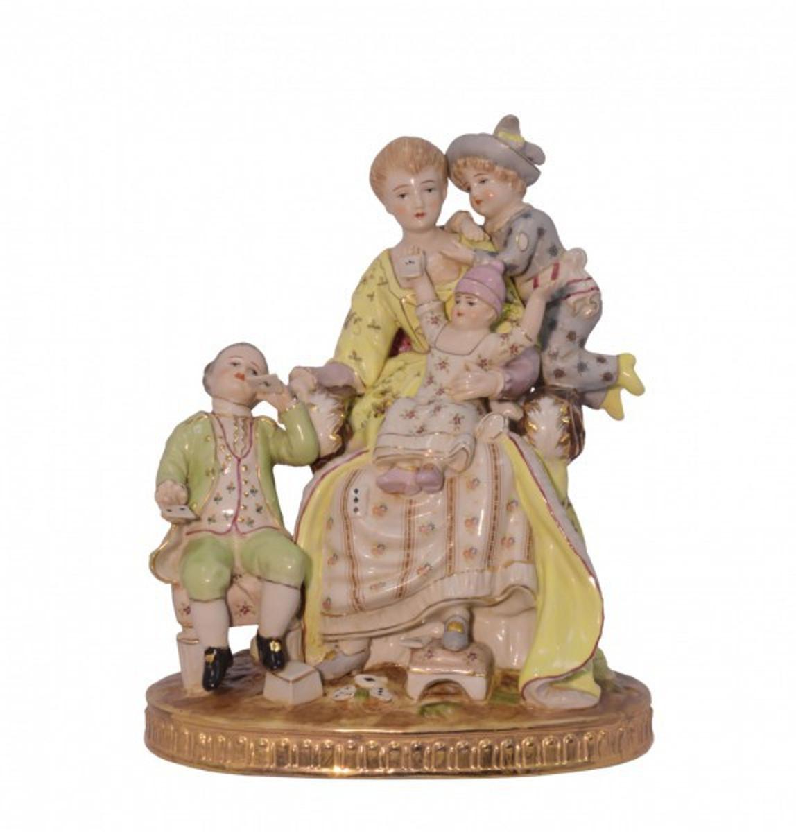 Familie Porzellan Figuren zeigt eine liebevolle Frau mit drei Kindern im Barock Stil.
