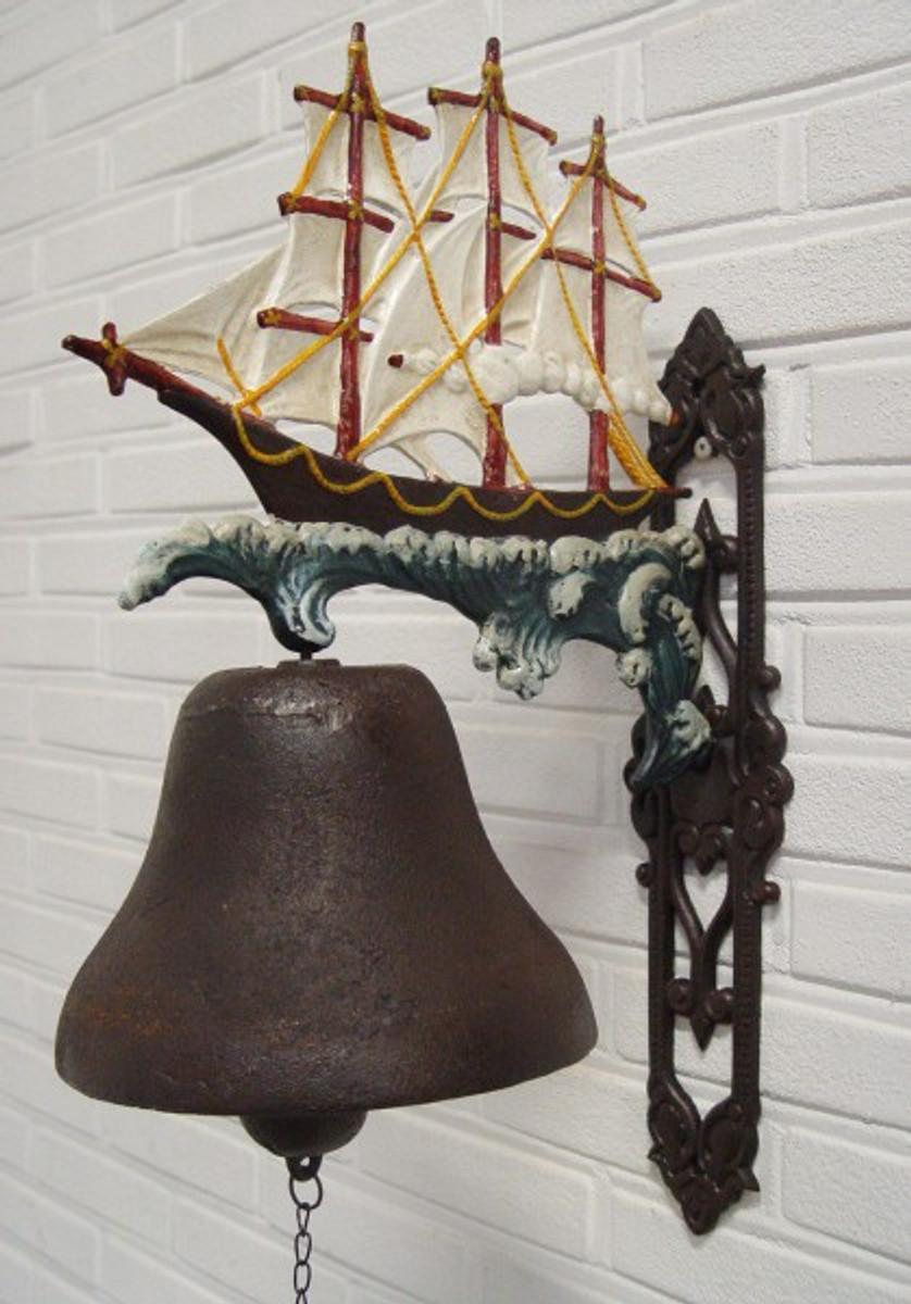 Segelschiff Tür Glocke verziert mit einer antiken Fregatte. Abenteurer aufgepasst.