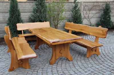 Sitzgruppe mit handgefertigtem Gartentisch und drei Sitzbänken mit Rückenlehne aus Eichenholz