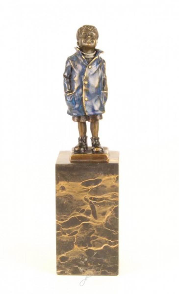 Stehende Jungen Skulptur mit den Händen in den Taschen als Dekofigur aus Bronze.