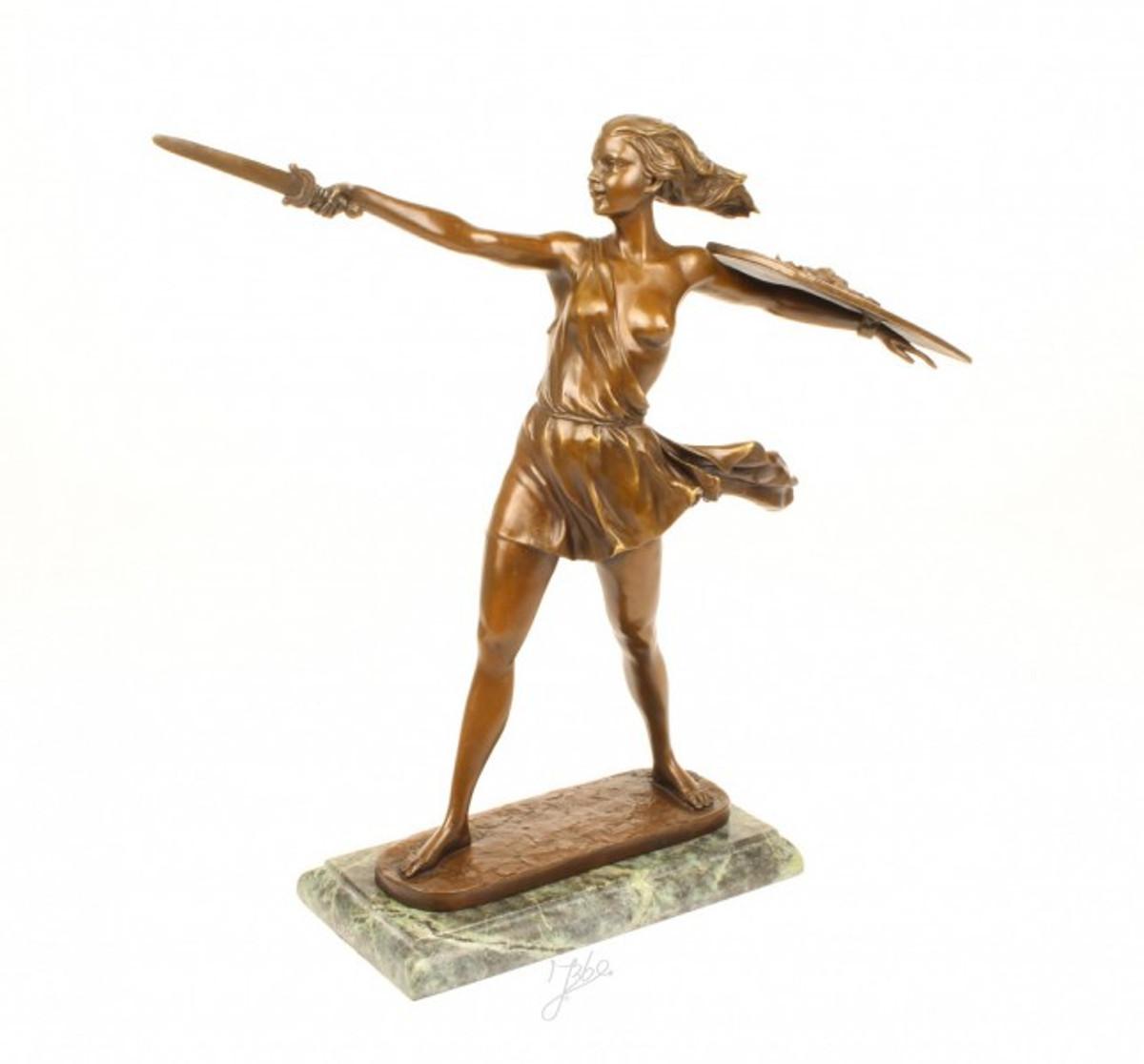 Bronze Statue einer Kämpferin mit Schwert und Schild. Beeindruckende Frauen Figur.