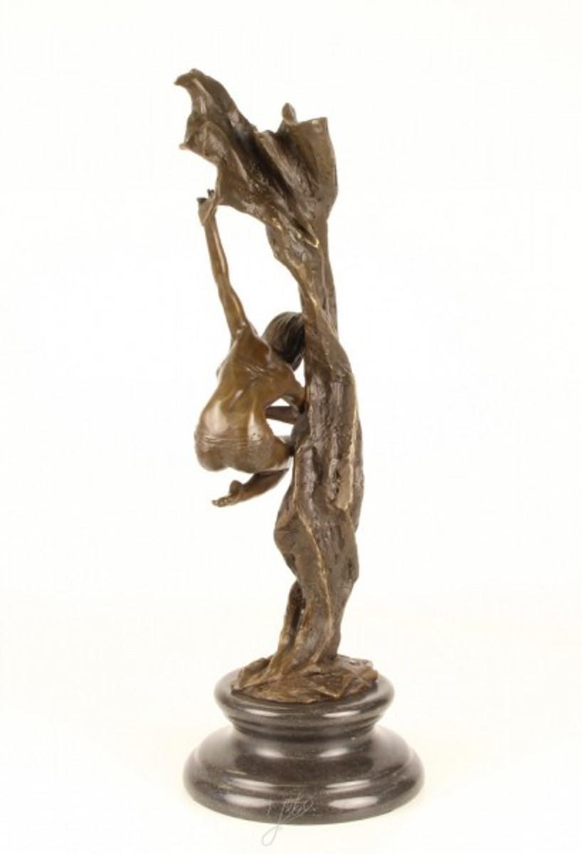 Mysteriöse Tänzerin aus Bronze zeigt eine Frau im Schweben in ausgefallener Tanzpose.