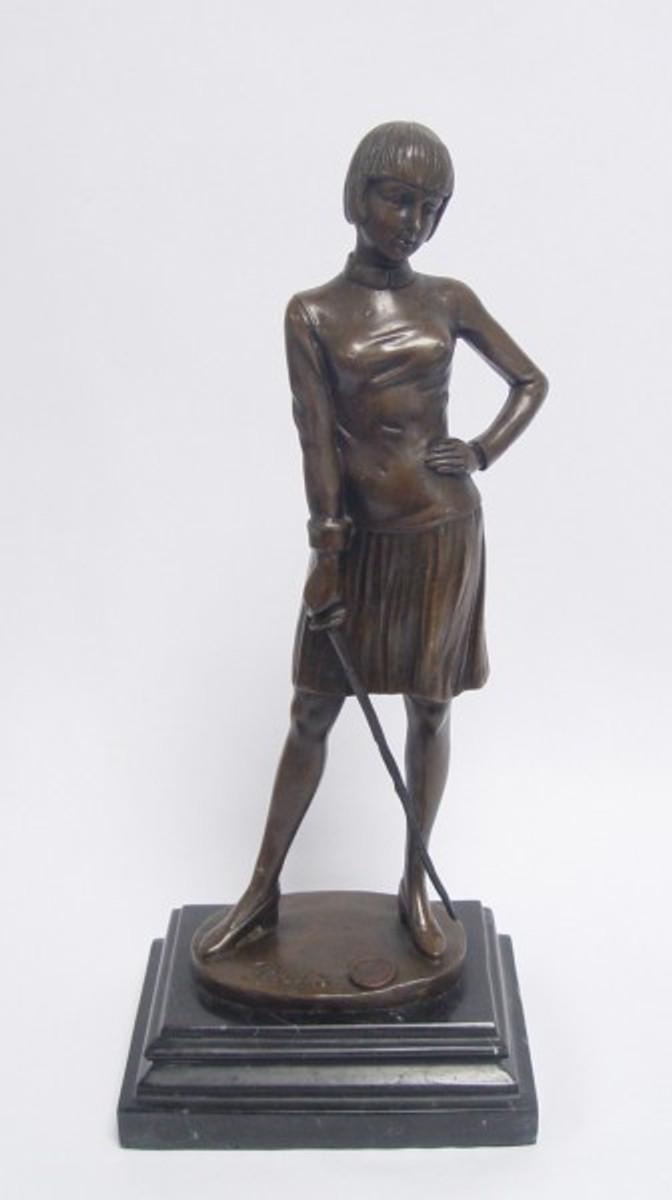 Bronze Skulptur einer Frau , die eine junge Frau bewaffnet zeigt.