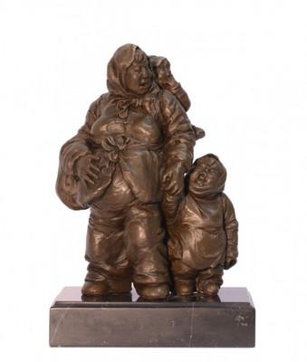 Menschen Skulpturen aus Bronze in Form einer Familie als Mutter mit Kindern.