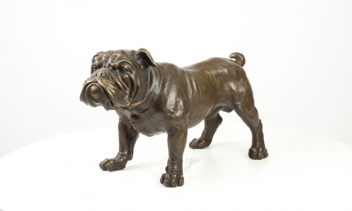 Hundefigur aus Bronze , die eine englische Bulldogge im Antik Look zeigt.