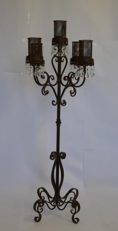 5 armiger Kerzenständer aus Eisen , den prächtige Ornamente und Schnörkel zieren.