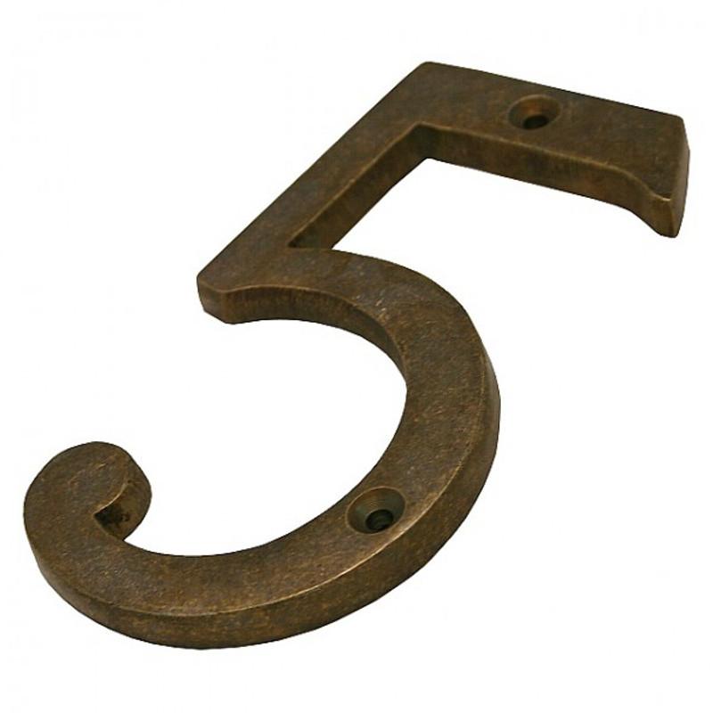 Hausnummer Nr 5 antik Eingangsbereich zweckdienlich nummerieren mit einer Nummer aus Messing.