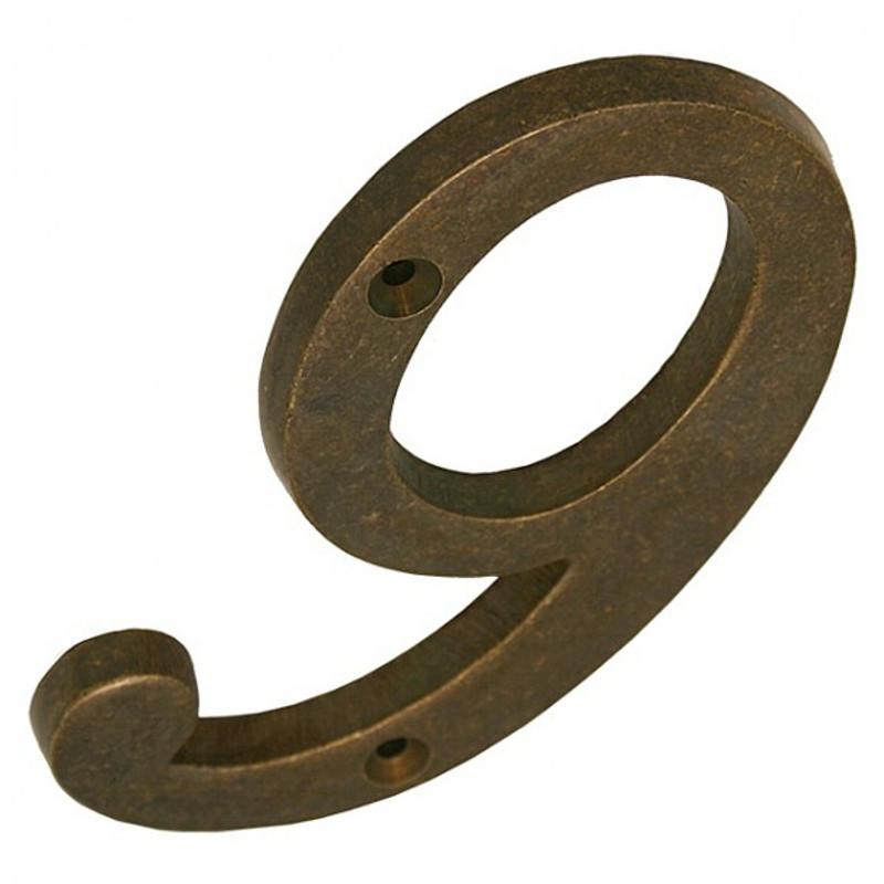 Die 9 Zusatzzahl Hausnummer in zeitlos antikem Messing Gewand.