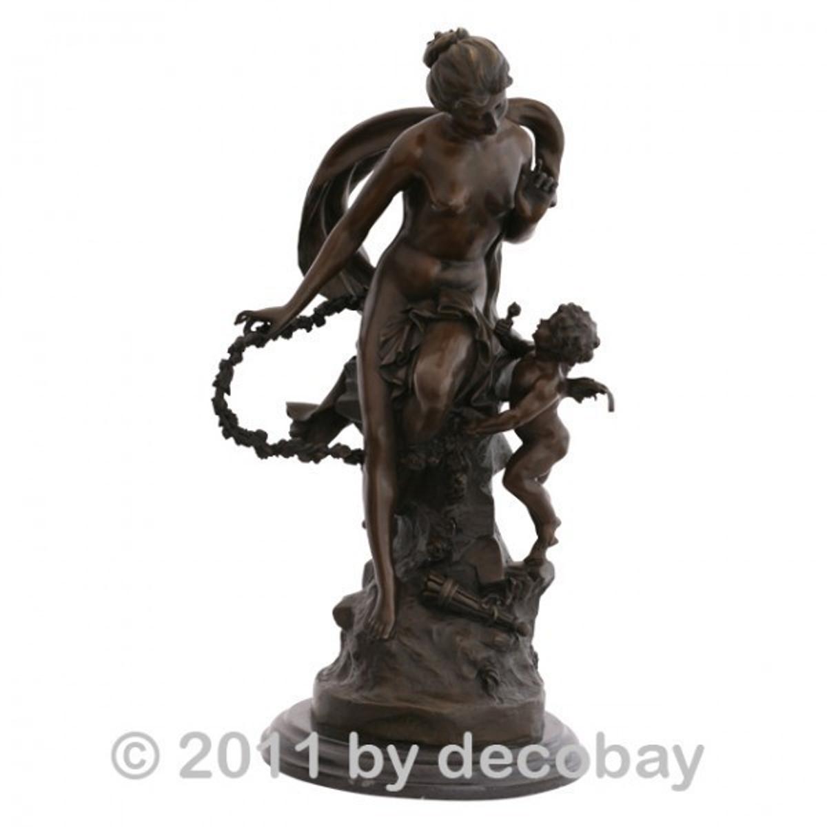 Garten und Deko Figur Bronzeskulptur Frauenakt mit Engelchen als Gartendekoration mit antikem Flair für Ihre Terrasse.