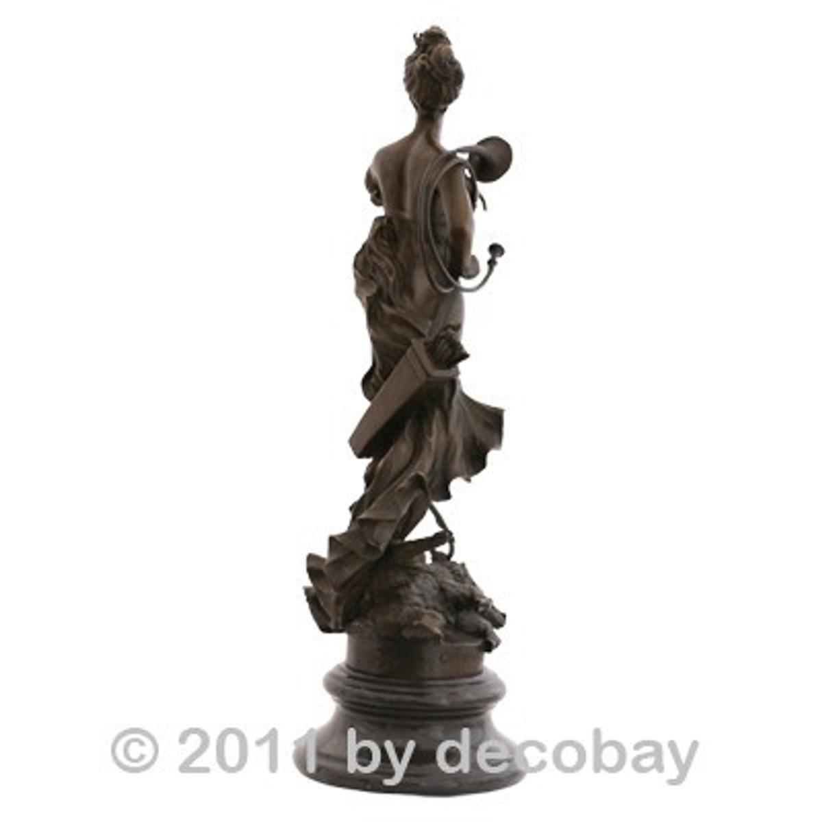 Bronze Statue Dekoration Göttinnen Jagd Frau Bronzefigur auf rundem Marmorsockel mit einer von einem Tuch nur wenig verhüllten barbusigen Frau.