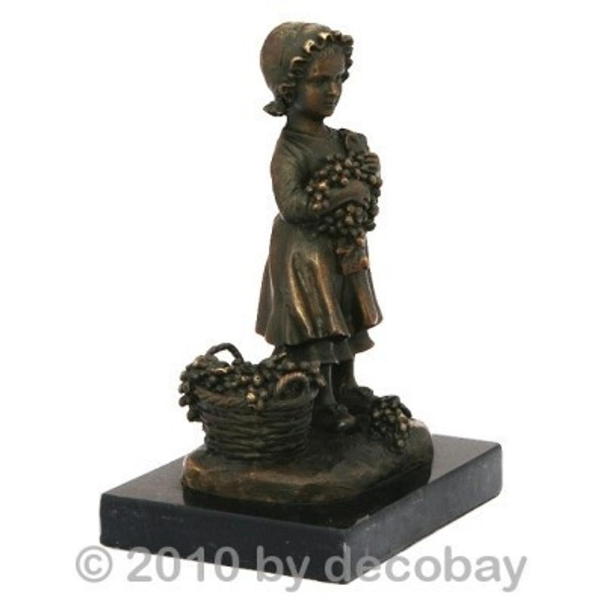 Mädchen Bronze Statue zeigt eine kleine Dame mit Korb voller Trauben.