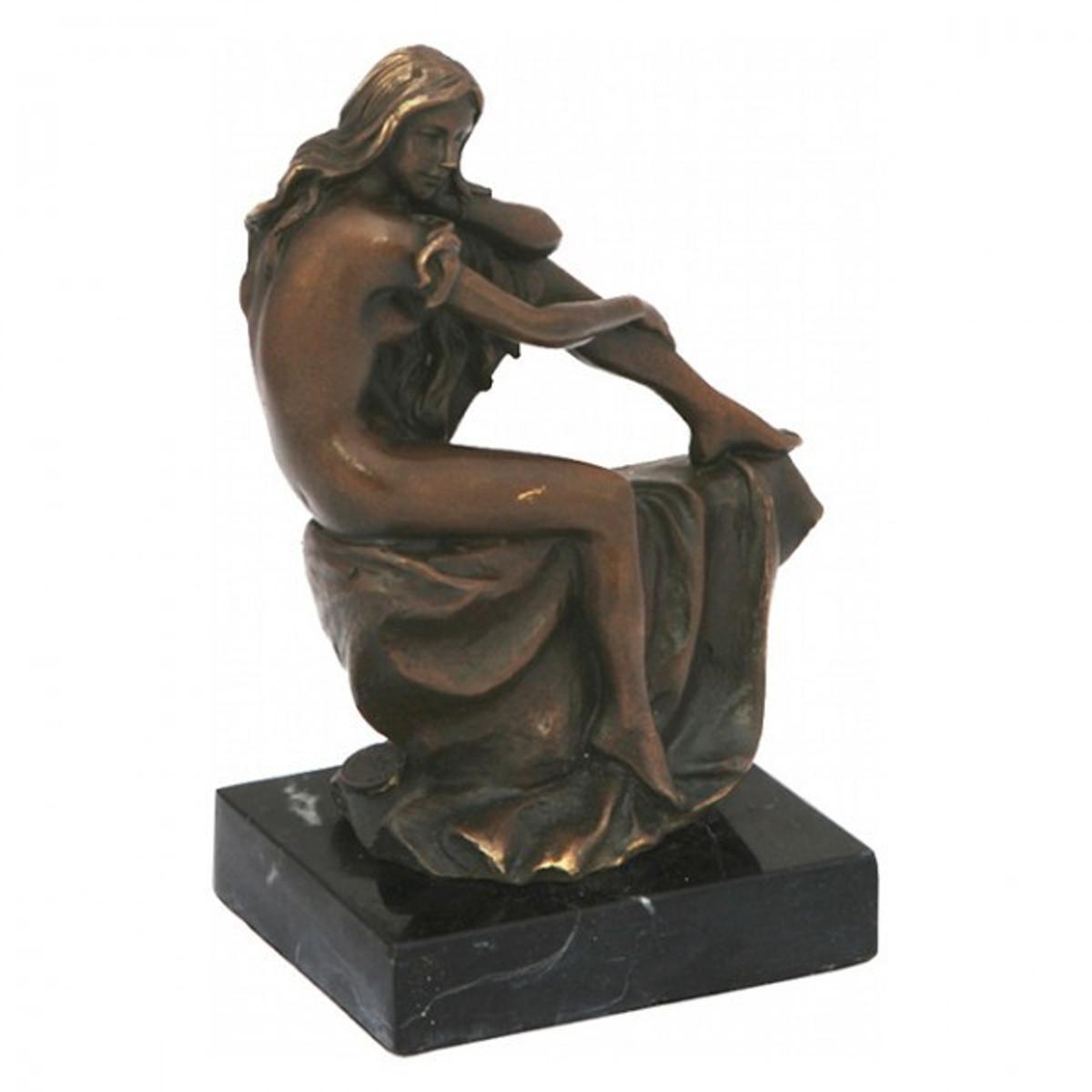 Reizende Frau Bronze Statue mit wallenden Haaren als ansehendliche Deko Figur.