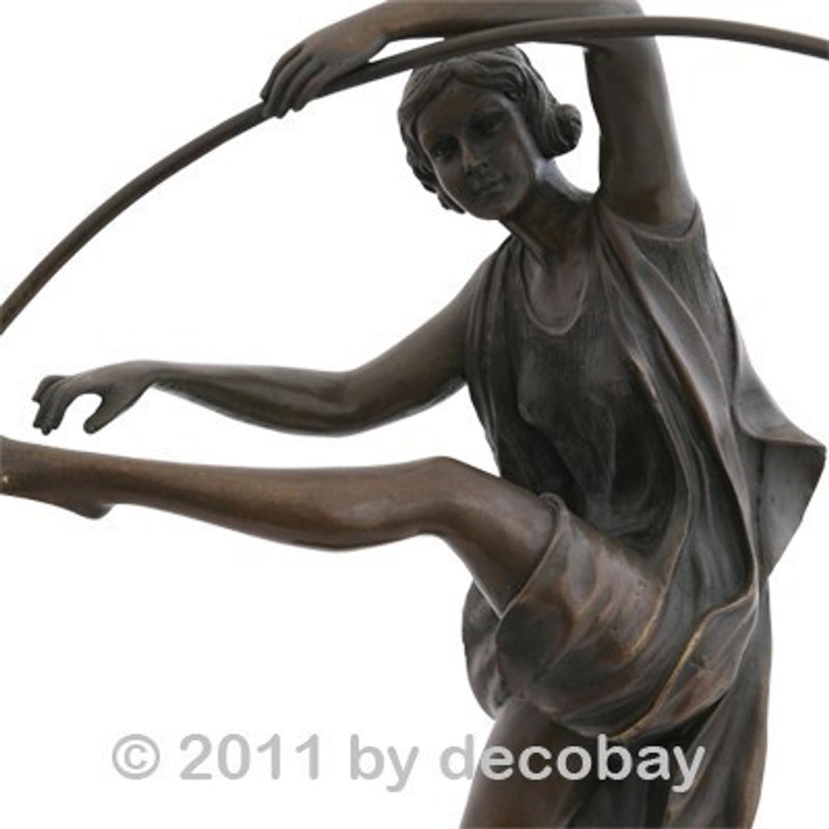 Gartendeko Tanz Reifen Bronzestatue Frau mit großem Reifen emotional und graziös - bestellen Sie noch heute bei uns.