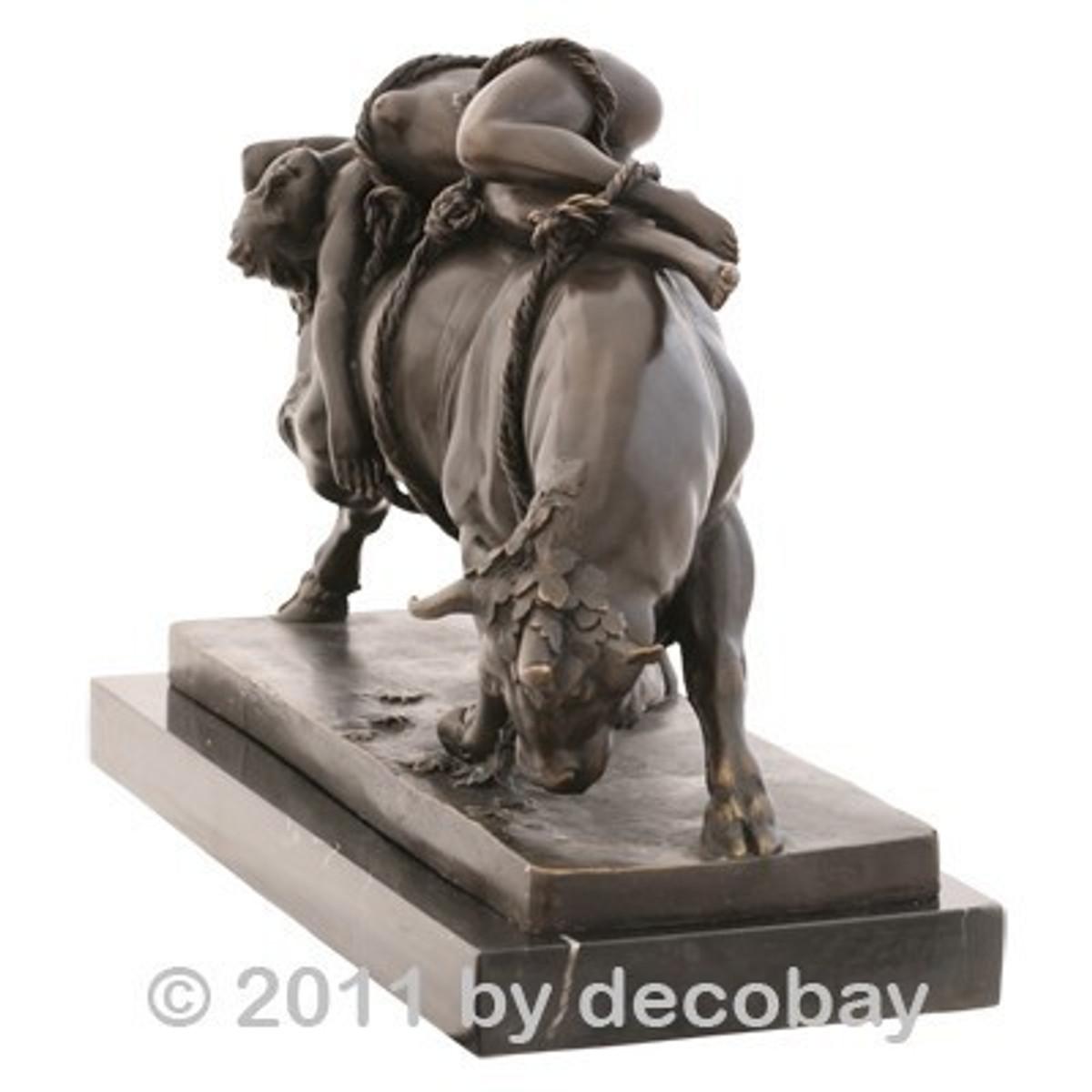 Nackte Frau auf Stier Bronzeskulptur , festgebunden an den Bullen.