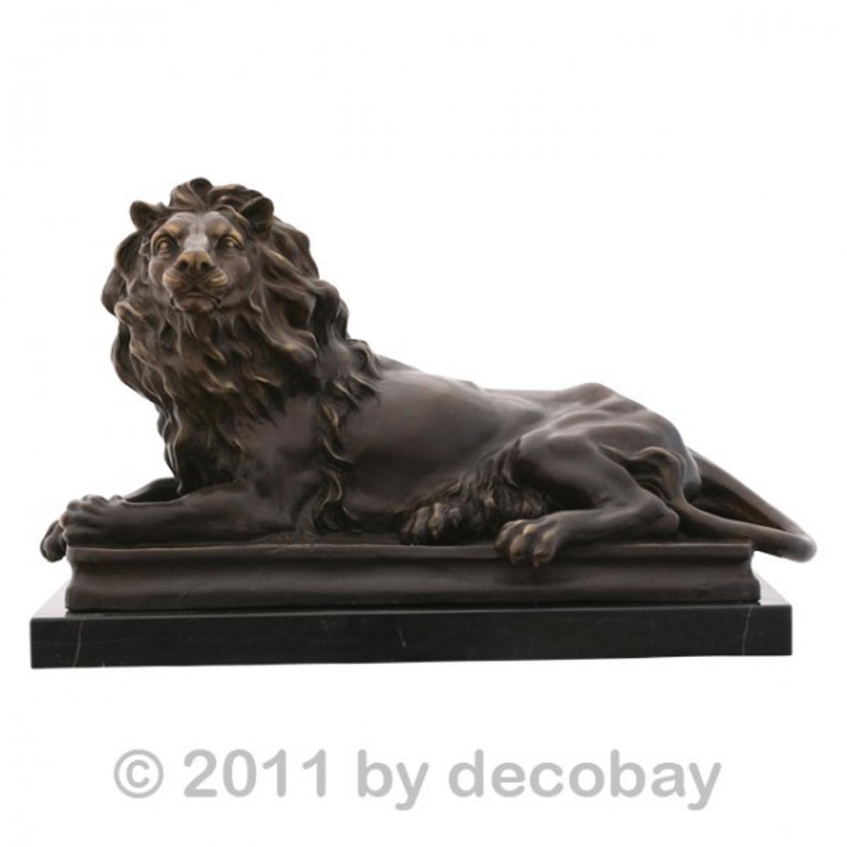 Gartenfigur Löwe Wächter Löwe Monumental Löwen Skulptur aus Bronze in königlicher Pose auf elegantem Marmor Sockel.