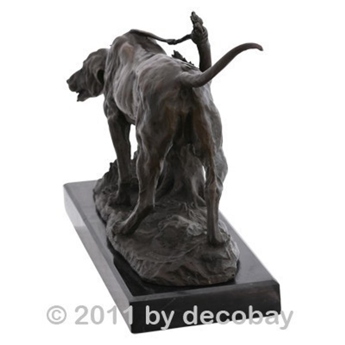 Bronze Statue Dekoration Kurzhaar Jagd Hund Bronzefigur signiert Barye. Jagdhund angebunden am Baumstamm wartet ungeduldig auf seinen Einsatz.