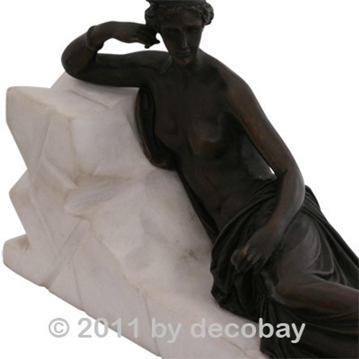 Römische Frau Bronze Statue als entspannt liegende Frau mit nacktem Oberkörper.
