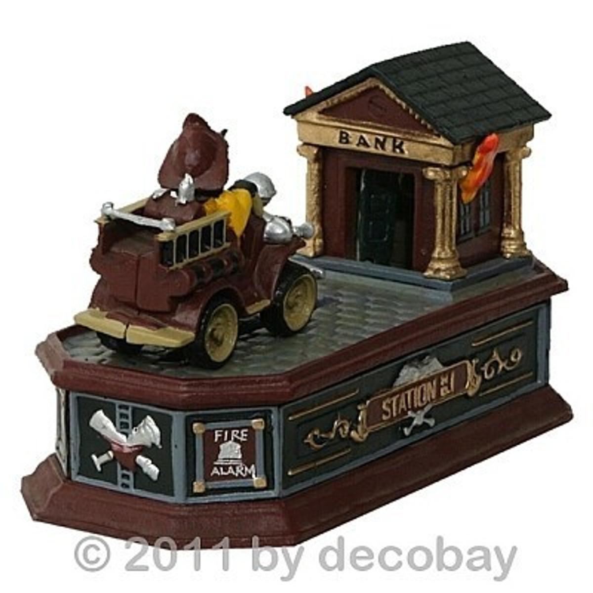 Spardose in Form eines Feuerwehrwagen  als Spielzeug zum Sparen und Spielen.