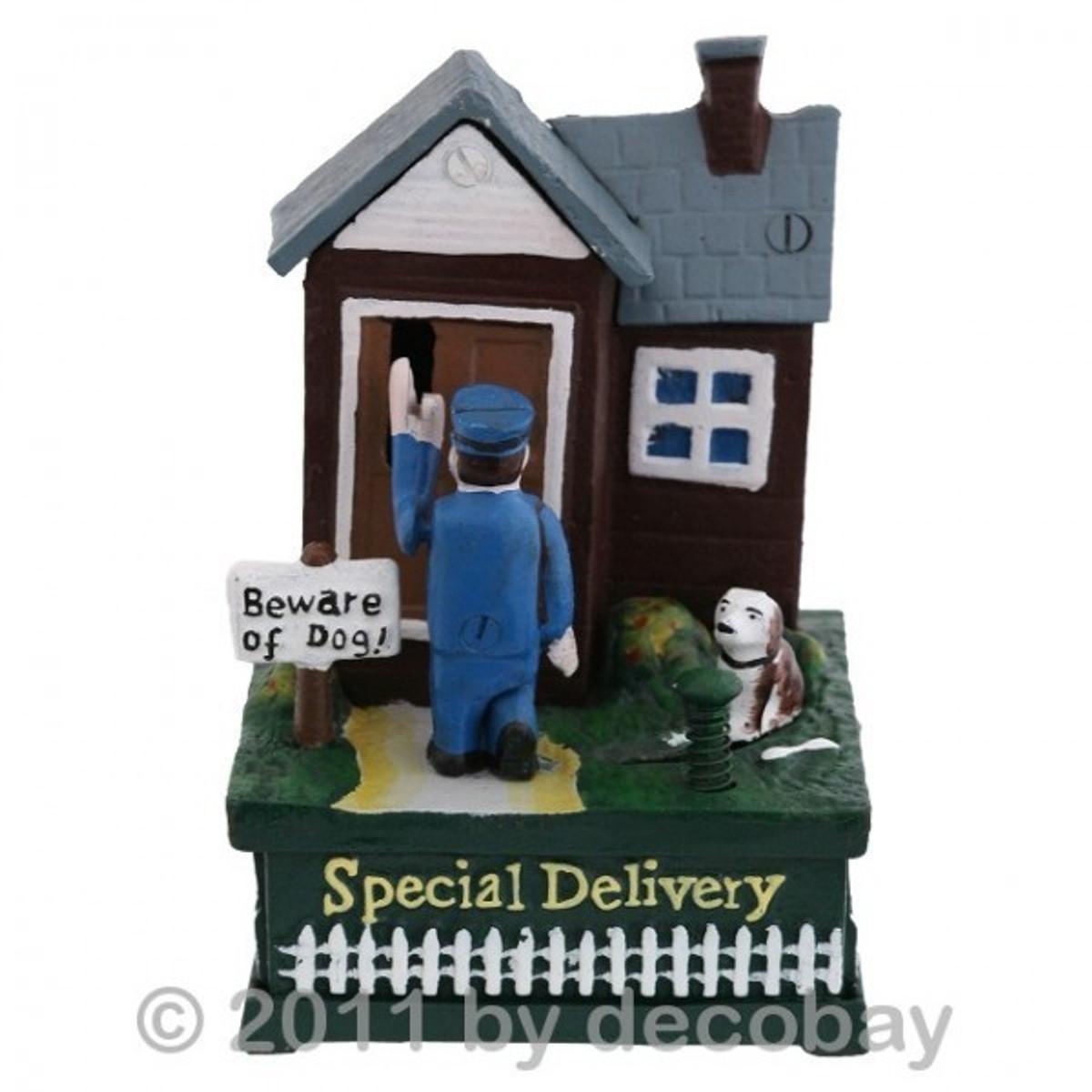 Postbote Spardose Briefträger Wachhund Figur Antikspielzeug mit Hund der zum Boten rennt online kaufen.