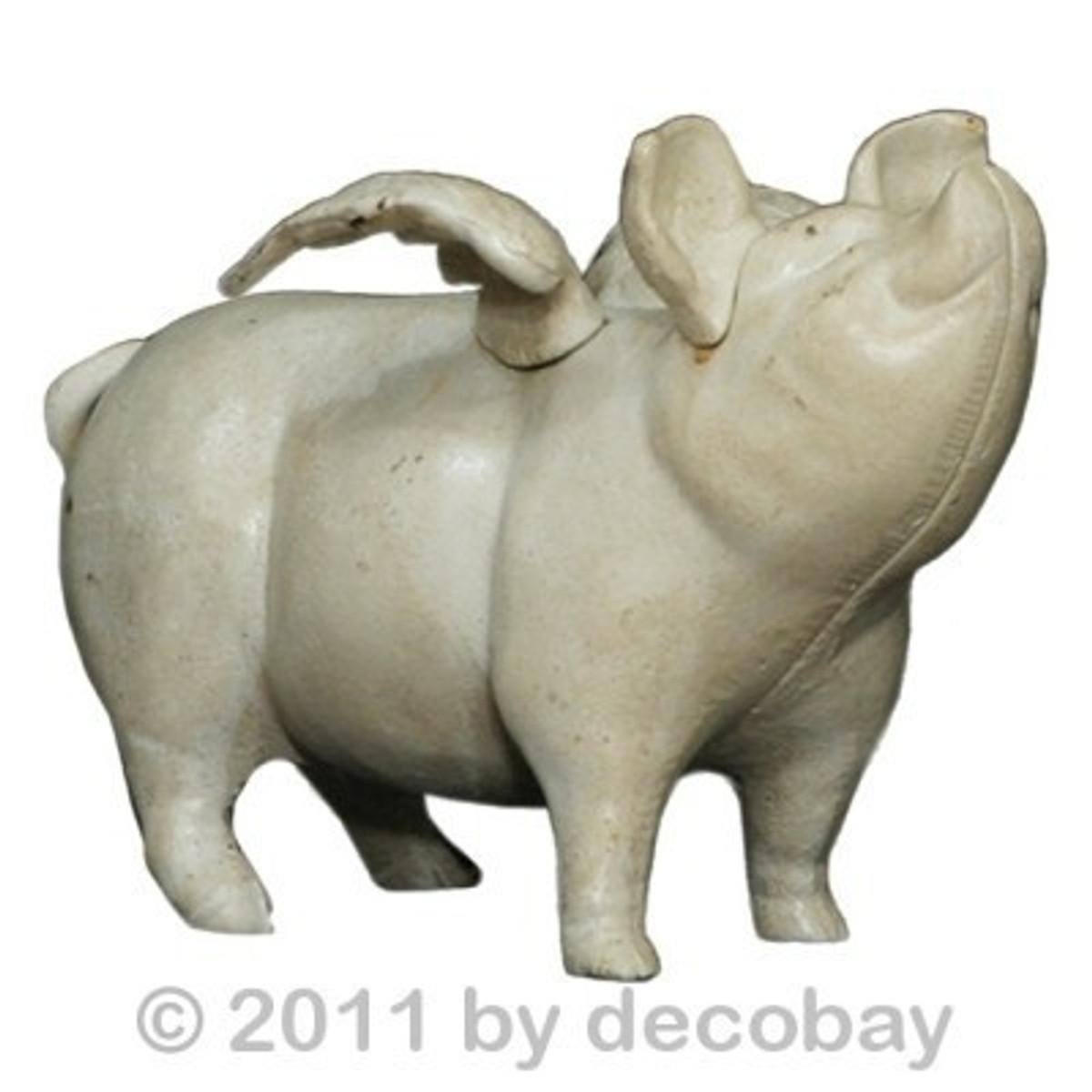 Tierfigur Sparschwein Gusseisen mit Flügeln als knuffiger Glücksbringer für Kinder.