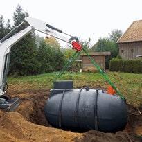 Regenwassertank Einlass in Baugrube durch Kleinbagger
