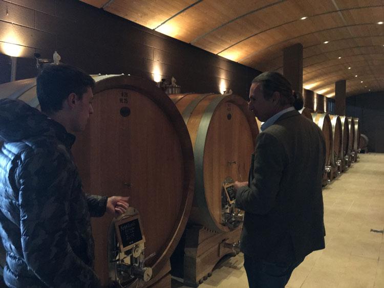 Michael Liebert verkostet die Weine von Arduini im Weinkeller