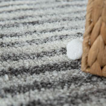 Tappeto da soggiorno a pelo corto con design moderno di linee e quadri e look used in grigio e bianco – Bild 3