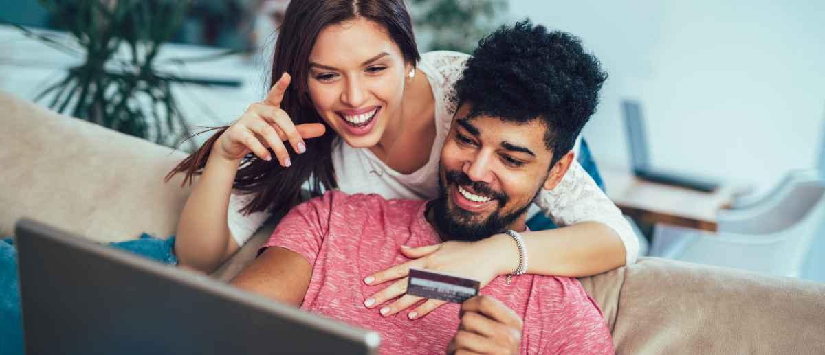 Mann und Frau bezahlen Online
