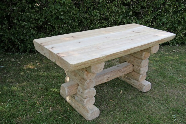 Gartentisch holz  Rustikaler Holz Gartentisch, massive Gartenmöbel Gartenbänke und ...