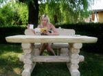 Rustikaler Holz Gartentisch und Bank, massive Gartenmöbel – Bild 2